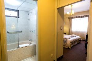A bathroom at Costa del Sol Wyndham Cajamarca