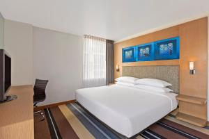 A bed or beds in a room at Aloft Bangkok - Sukhumvit 11