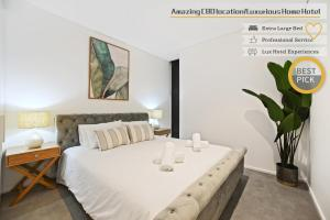 A bed or beds in a room at Luxurious walking to central Amazing location