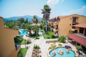 Uitzicht op het zwembad bij Holiday Calbis Hotel of in de buurt