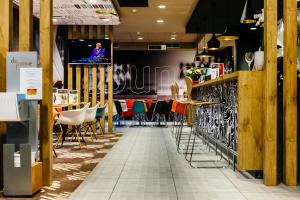 A restaurant or other place to eat at ibis De Panne
