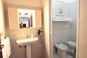 A bathroom at Villino la Magnolia Blue