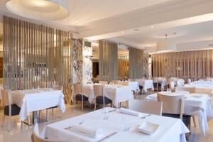 A restaurant or other place to eat at Canyelles Platja