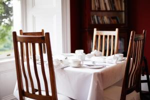 A restaurant or other place to eat at Barnabrow Country House