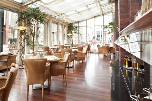 A restaurant or other place to eat at Steigenberger Hotel Hamburg