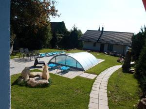 Bazén v ubytování Pension STYL nebo v jeho okolí
