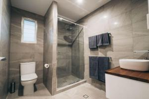 A bathroom at Begley Views - Boutique Apartment