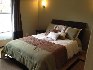 A bed or beds in a room at Olive Oasis