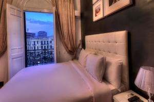 Ένα ή περισσότερα κρεβάτια σε δωμάτιο στο The Square Boutique Hotel