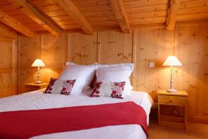 A bed or beds in a room at Hôtel 3 étoiles -Restaurant Le Pilatus Courchevel