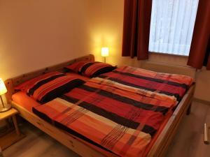 Ein Bett oder Betten in einem Zimmer der Unterkunft Ferienwohnungen Hass - Haus 1