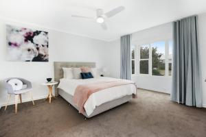 A bed or beds in a room at Sorrento Beach Escape