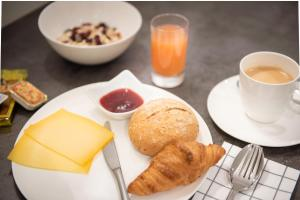 Breakfast options available to guests at Hotel Carnac