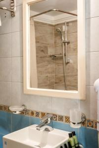 A bathroom at Kapodistrias Hotel