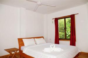 A bed or beds in a room at Golden Bungalows