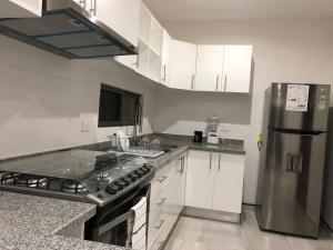 A kitchen or kitchenette at Mayan Condos Cancún / 15 min Beach