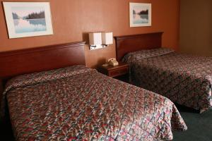 A bed or beds in a room at Country Club Motel
