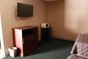 A television and/or entertainment center at Country Club Motel