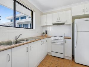 A kitchen or kitchenette at Beachside Delight Near Convention Centre