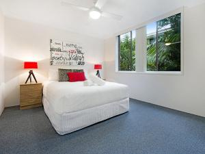 A bed or beds in a room at Beachside Unit Near Convention Centre