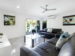 A seating area at Diamond Beach 3 Bedroom Poolside Apartment
