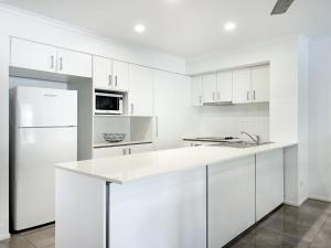 A kitchen or kitchenette at Diamond Beach 3 Bedroom Poolside Apartment