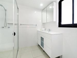 A bathroom at South Pacific Dream, Central Broadbeach