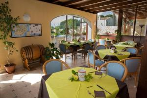 A restaurant or other place to eat at Hotel Isola Di Mozia