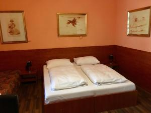 A bed or beds in a room at Pension Madara