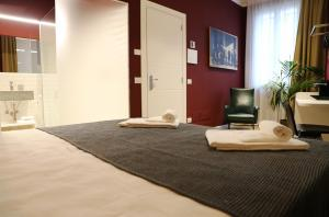 A bed or beds in a room at OFFICINA TESINI Guest Rooms Verona