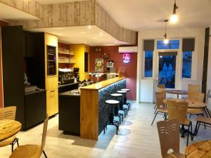 A restaurant or other place to eat at Les Boucles de Meuse
