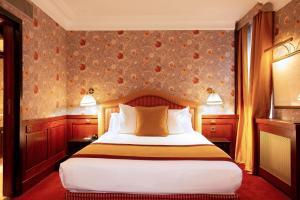 Een bed of bedden in een kamer bij Grand Hotel de l'Opera - BW Premier Collection