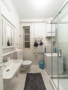 A bathroom at Artissimo Apartments