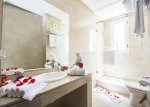 A bathroom at Hôtel Racine