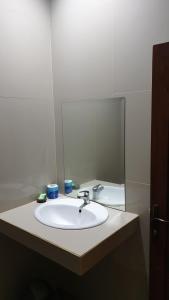 Salle de bains dans l'établissement Agung Inn