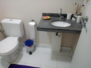 A bathroom at Espaço Relax em condominio clube