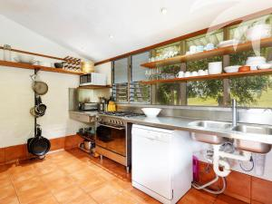 A kitchen or kitchenette at 105 Newman