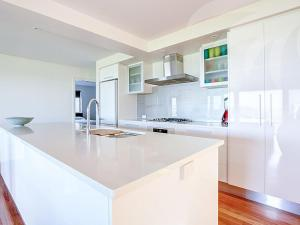 A kitchen or kitchenette at Blueys Bliss 2