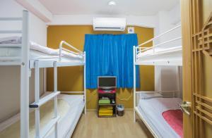 Tempat tidur susun dalam kamar di Holiday View Inn