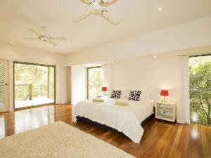 A bed or beds in a room at Karingal just minutes from Blueys Beach