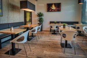 Ein Restaurant oder anderes Speiselokal in der Unterkunft Economy-Hotel