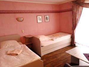 """Ein Bett oder Betten in einem Zimmer der Unterkunft Gasthaus """"Zur alten Dorfschmiede"""""""