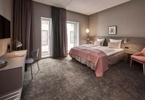 En eller flere senge i et værelse på Hotel Odeon