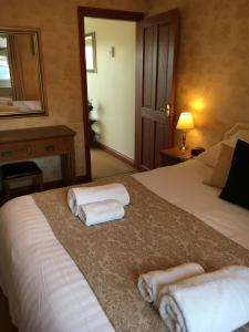 A bed or beds in a room at Ashbank Lodge