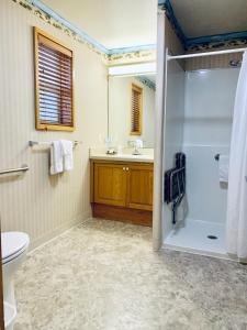 A bathroom at Windermere On The Beach