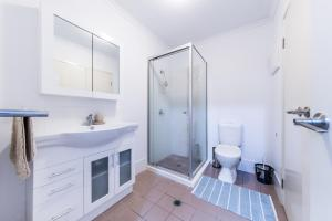 A bathroom at Candlelight - Airlie Beach