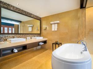 A bathroom at Le Meridien Paro Riverfront
