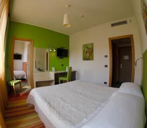Een bed of bedden in een kamer bij Hotel Suisse