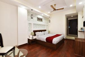 A bed or beds in a room at Pinaz Royale