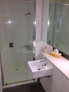 A bathroom at Luxurious with Free Parking & Wi Fi